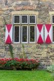 Цветки и окно музея Burghof в Soest стоковые изображения rf