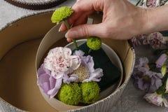 Цветки и помадки в коробке шаржа - как сделать прелестный подарок, s стоковая фотография