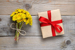Цветки и подарочная коробка одуванчика Стоковая Фотография RF