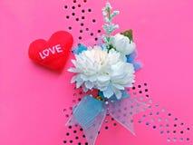 Цветки и сердце Asmine на розовой предпосылке (искусственные цветки) Стоковая Фотография RF