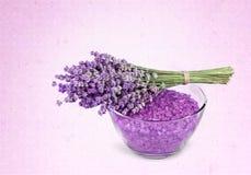 Цветки и соль лаванды изолированные на предпосылке стоковая фотография