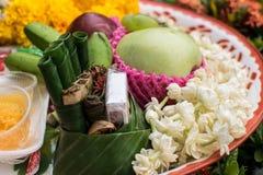 Цветки и табак аранжируют положить совместно для того чтобы принести святое стоковое изображение