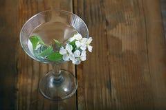 Цветки и хворостины вишни на деревянной предпосылке Стоковое Изображение RF