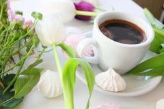 Цветки и чашка кофе стоковые изображения rf