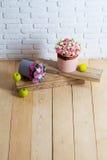 Цветки и яблоко на деревянных планках Стоковое Фото