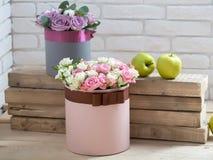 Цветки и яблоко на деревянных планках Стоковое Изображение