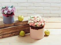 Цветки и яблоко на деревянных планках Стоковые Фотографии RF