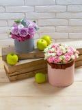 Цветки и яблоко на деревянных планках Стоковая Фотография RF
