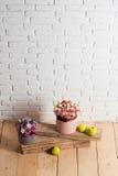 Цветки и яблоко на деревянных планках Стоковая Фотография