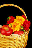 цветки корзины осени яблок Стоковое фото RF