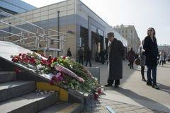 Цветки, которые принесли резидентов Санкт-Петербурга стоковое изображение