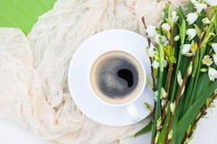 Цветки колокола весны букета белые и кофейная чашка на таблице в gar Стоковые Фото