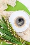 Цветки колокола весны букета белые и кофейная чашка на таблице в gar Стоковое фото RF