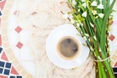 Цветки колокола весны букета белые и кофейная чашка на таблице в gar Стоковые Фотографии RF