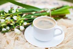 Цветки колокола весны букета белые и кофейная чашка на таблице в gar Стоковые Изображения RF