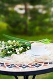 Цветки колокола весны букета белые и кофейная чашка на таблице в gar Стоковая Фотография RF