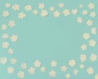 Цветки красивого венка белые на винтажной голубой предпосылке, конце Стоковые Изображения RF