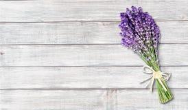 Цветки лаванды на светлой деревянной предпосылке стоковые фото