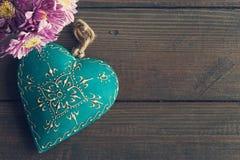 Цветки маргаритки и декоративное сердце teal Стоковые Фотографии RF