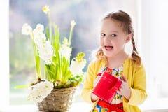 Цветки моча весны маленькой девочки Стоковые Фото