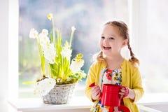 Цветки моча весны маленькой девочки Стоковое Фото