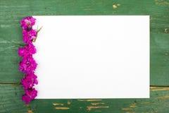 Цветки на винтажных деревянных планках с чистым листом бумаги Стоковая Фотография