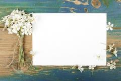 Цветки на винтажных деревянных планках с чистым листом бумаги Стоковое Изображение RF