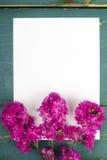 Цветки на винтажных деревянных планках с чистым листом бумаги Стоковые Фотографии RF