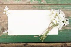 Цветки на винтажных деревянных планках с чистым листом бумаги Стоковые Изображения RF