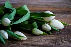 Цветки на деревянном столе Стоковое Изображение