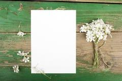 Цветки на деревянных планках с чистым листом бумаги Стоковая Фотография RF