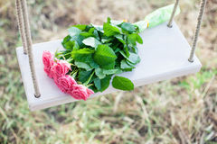 Цветки на качании стоковое изображение rf