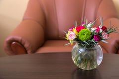 Цветки на предпосылке стула Стоковое Изображение