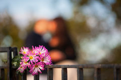 Цветки на предпосылке пары в влюбленности Стоковая Фотография RF