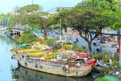 Цветки на рынке цветка вдоль причала канала Стоковое Изображение