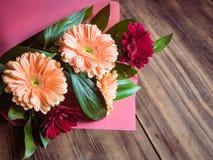 Цветки на старой деревянной предпосылке Букет Bridal, wedding крупного плана цветков Украшение сделанное хризантем, маргариток Стоковые Изображения RF