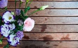 Цветки на таблице Стоковые Изображения