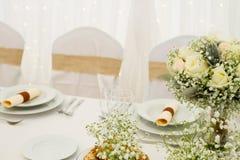 Цветки на таблице Стоковая Фотография