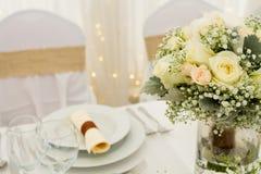Цветки на таблице Стоковые Фотографии RF