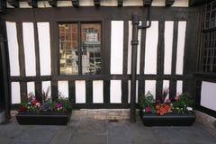 Цветки на улице часовни Стратфорд-на-Эвона стоковые фото