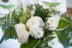 Цветки на цветах таблицы, зеленых и белых Стоковые Изображения