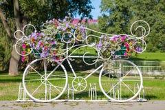 Цветки нося декоративного велосипеда Стоковое Фото