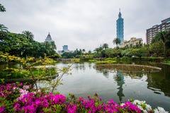Цветки, озеро, и Тайбэй 101 на парке Zhongshan, в Di Xinyi Стоковые Фотографии RF