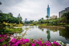 Цветки, озеро, и Тайбэй 101 на парке Zhongshan, в Di Xinyi Стоковое Изображение RF