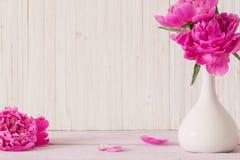 Цветки пиона в вазе Стоковые Изображения