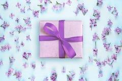 Цветки подарочной коробки и сирени Стоковые Изображения
