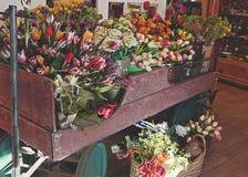 Цветки показывают на винтажной деревенской фуре Стоковые Фотографии RF