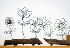 Цветки провода на баке weooden стоковые фото