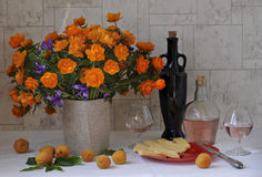 Цветки, плодоовощ, сыр и вино Стоковые Фотографии RF