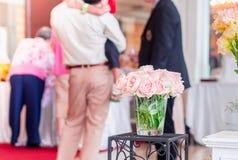 цветки розы пинка на нерезкости связывают предпосылку людей Стоковые Фотографии RF